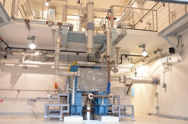 엔진에 연료와 산화제를 고압으로 뿜어주는 터보펌프 시험설비 - 고흥=전승민 기자 enhanced@donga.com 제공